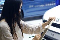 Kvinnlig konstnär som målar den volkswagen bilen Arkivbilder