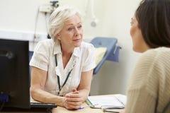 Kvinnlig konsulentMeeting With Teenage patient arkivbild