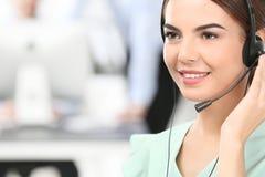 Kvinnlig konsulterande chef med hörlurar med mikrofon Arkivfoto