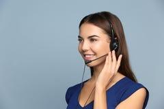 Kvinnlig konsulterande chef med hörlurar med mikrofon arkivfoton