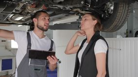 Kvinnlig konsument i bilservice, brutet kvinnligt medel, pro-grabb stock video