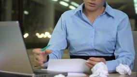 Kvinnlig kontorsarbetare som skriver anmärkningar som arbetar på affärsplan, brist av idéer lager videofilmer