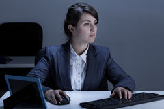 Kvinnlig kontorsarbetare under arbete arkivfoton