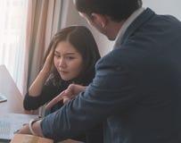 Kvinnlig kontorskvinna som stressfully arbetar in mot framstickandestopptid royaltyfri fotografi