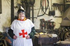 Kvinnlig korsfarare i ett arbetsrum arkivbilder