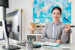 Kvinnlig kreditkort för resebyråmankontorsvisning arkivbilder