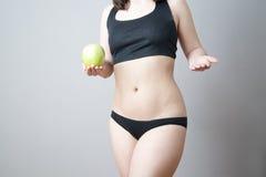 Kvinnlig kropp med det gröna äpplet arkivfoton