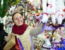Kvinnlig kund på den ganska julen royaltyfri fotografi