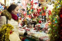 Kvinnlig kund på den ganska julen arkivfoton