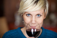 Kvinnlig kund som dricker rött vin i restaurang Fotografering för Bildbyråer