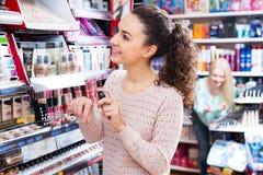 Kvinnlig kund som köper CC-kräm Arkivfoton