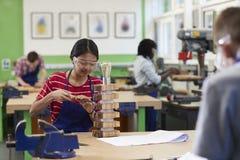 Kvinnlig kurs för högstadiumstudentBuilding Lamp In träverk arkivbilder