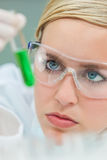 Kvinnlig kvinnaforskningforskare With Test Tube i laboratorium arkivfoton