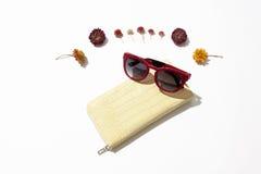 Kvinnlig läderhandväska och solglasögon royaltyfri foto
