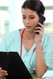 Kvinnlig läkare royaltyfri foto