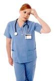 Kvinnlig läkare som har huvudvärk Arkivbild