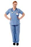 Kvinnlig läkare som tillfälligt poserar Arkivbild