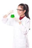 Kvinnlig läkarundersökning eller vetenskapligt forskareinnehav på en vätskelösning royaltyfria bilder