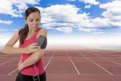 Kvinnlig löpare med hörlurar royaltyfri bild