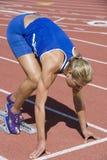 Kvinnlig löpare på den startande linjen Arkivbilder