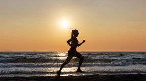 Kvinnlig löpare på stranden arkivbilder