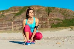 Kvinnlig löpare som får klar för utbildning royaltyfri fotografi