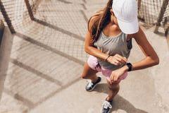 Kvinnlig löpare som ser den smarta bildskärmen för klockahjärtahastighet royaltyfri fotografi