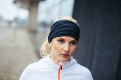 Kvinnlig löpare som ser fokuserad Arkivbild