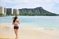 Kvinnlig löparekvinnaspring som joggar på strandkörning Arkivbilder