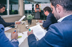 Kvinnlig lagledare som ser projektledning i affärslagutbildning royaltyfria foton