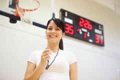 Kvinnlig lagledareOf High School basketlag arkivfoton