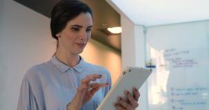 Kvinnlig ledare som använder den digitala minnestavlan 4k lager videofilmer