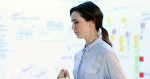 Kvinnlig ledare som använder den digitala minnestavlan 4k stock video