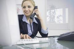 Kvinnlig ledare som använder telefonen och datoren på kontoret stock illustrationer