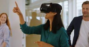 Kvinnlig ledare som i regeringsställning använder den digitala minnestavlan 4k lager videofilmer
