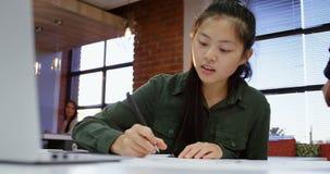 Kvinnlig ledare som i regeringsställning arbetar kafeterian 4k lager videofilmer