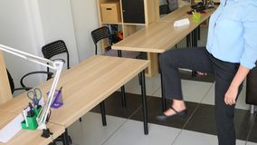 Kvinnlig ledare som utför sträckning på hennes arbetsplats i regeringsställning 4k ultrarapid stock video