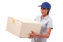 Kvinnlig leveranspersonal som bär den tunga jordlottlådaasken Royaltyfri Fotografi