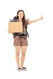 Kvinnlig liftare som rymmer ett tomt lådatecken Arkivfoton