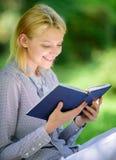 Kvinnlig litteratur Koppla av fritid ett hobbybegrepp Bästa självhjälpböcker för kvinnor Böcker som varje flicka bör läsa flicka royaltyfria foton