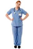 Kvinnlig läkare som tillfälligt poserar Arkivbilder