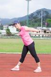 Kvinnlig löpare som ska värmas upp Arkivbilder