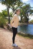 Kvinnlig löparesträckning Royaltyfria Foton