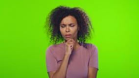 Kvinnlig lyftte när du tänker för afrikansk amerikan och att ha en idé pekfingret lager videofilmer