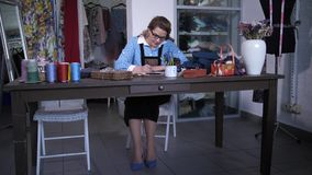 Kvinnlig märkes- danande skissar att arbeta i atelier lager videofilmer
