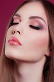 Kvinnlig makeup för rosa färger för skönhetståendeglamour arkivfoto