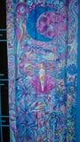 Kvinnlig makt målad dörr royaltyfria bilder