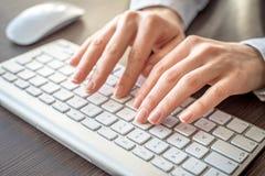 Kvinnlig maskinskrivning för kontorsarbetare Royaltyfria Foton