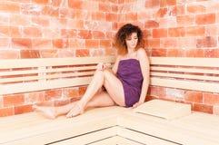 Kvinnlig med den perfekta kroppen och hud som kopplar av i bastu Arkivfoton