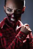 Kvinnlig med det läskiga sminket för den halloween natten Arkivbild